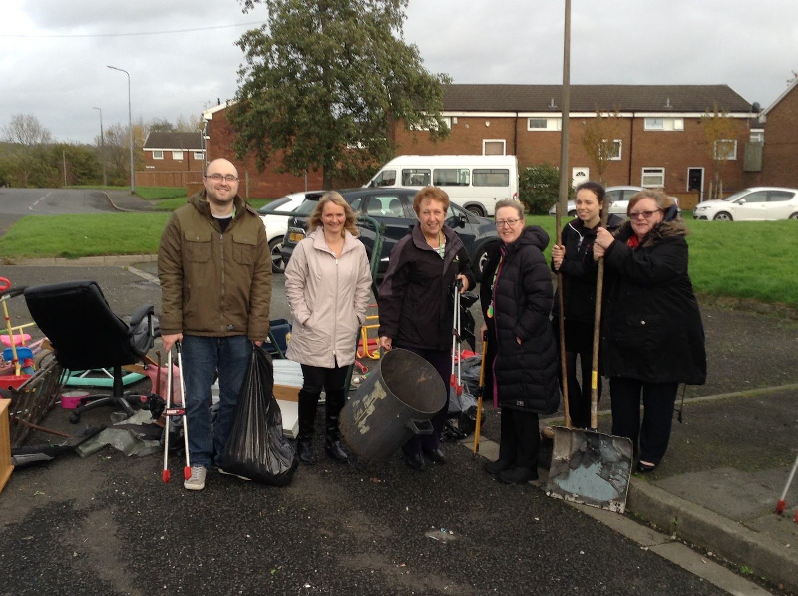 Salix Homes Residents Work Together to Clean up Local Area